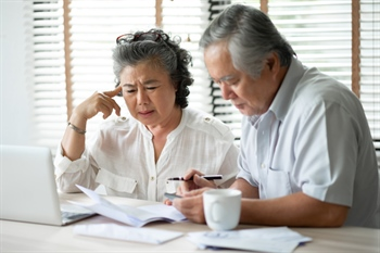 Combating Elder Financial Abuse: The Top 6 Red Flags to Look For